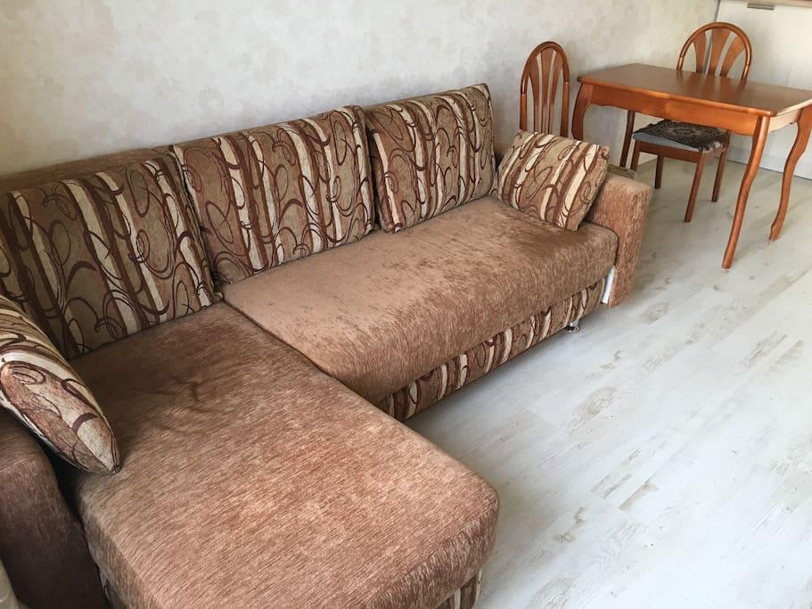 Диван-кровать в гостиной, раскладной, двухспальный.