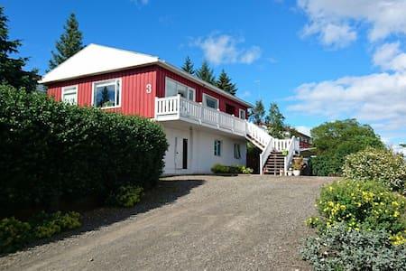 Cozy room in house w/ good view - Egilsstaðir - Casa