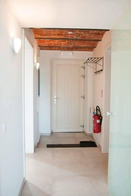 Le hall d'entrée donnant aussi l'accès à la chambre et à la SDB du rez-de-chaussée, notamment adaptées pour les personnes à mobilité réduite.
