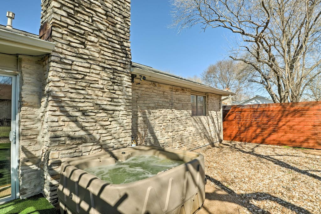 'Elmtree Cottage' boasts a private hot tub and furnished pergola!