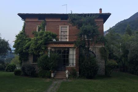 Suggestiva Villa rinascimentale a bordo lago - Iseo