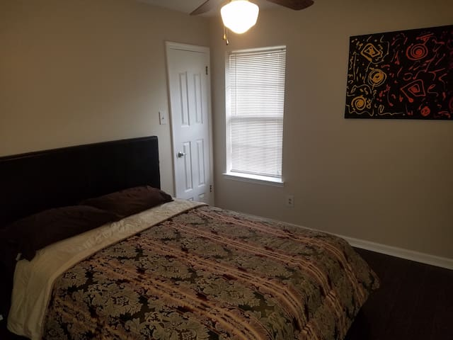 Cozy crashpad perfect 4 student or traveling prof.