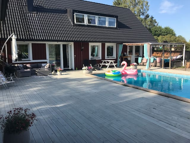 Härlig pool villa, stor tomt 20 min från Arlanda!