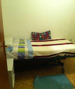 Habitación individual con baño y estudio propio - Барселона - Квартира