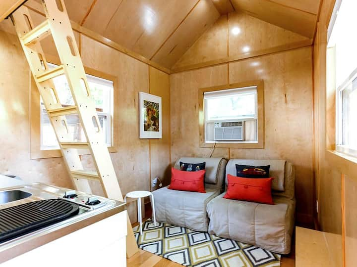 Tiny House Downtown - Cozy and Fun!