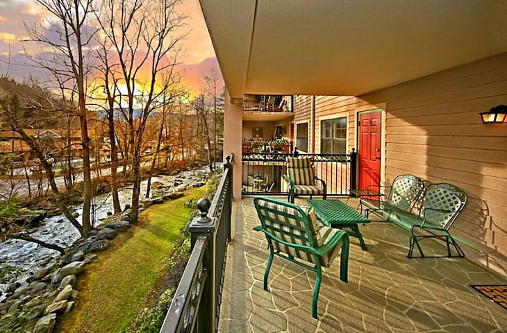 A PERFECT GETAWAY 2br/2ba Riverfront Relaxation