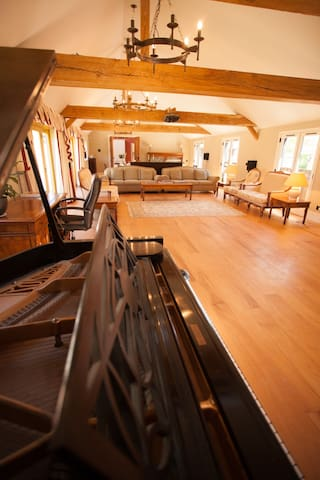 Grand piano, underfloor heating, bright and spacious