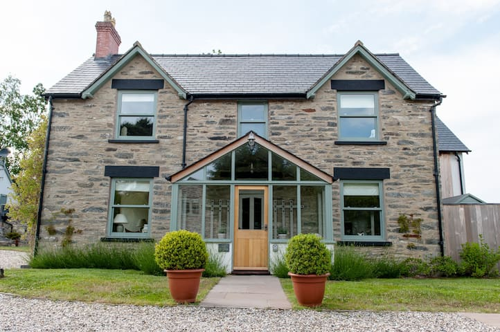 Cilan Farmhouse (sleeps 10)