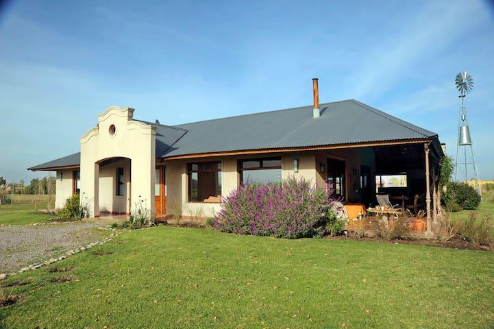 Hermosa casa de campo, arboleda y parque de 1 ha.