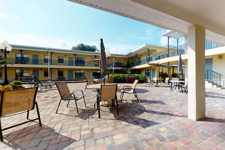 Great Value! Steps to Beach - Large Patio Area - Heated Pool - Free Parking - Ground Floor Condo
