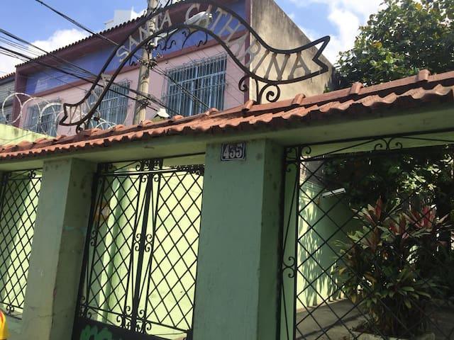 entrada da vila, com portão e sempre fechado.