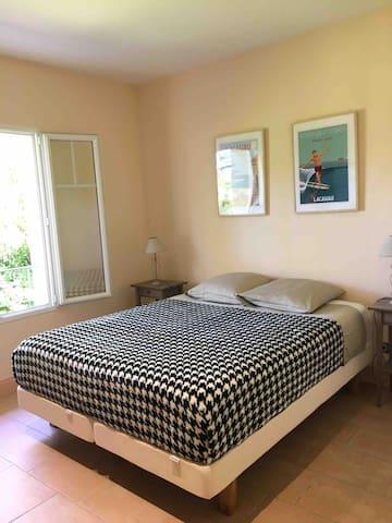 Chambre 2 : lit de 160 cm + grande commode.