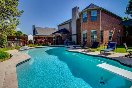 Spacious luxurious home with backyard pool oasis!