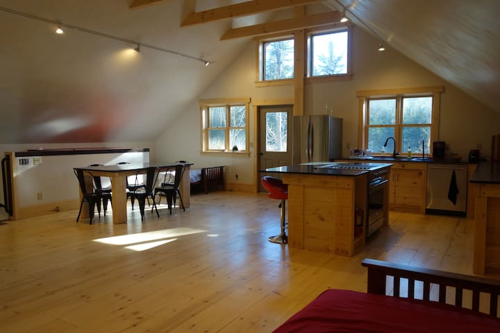 Beautiful New Sunny Apartment on 20 Acres - Plainfield - Appartement