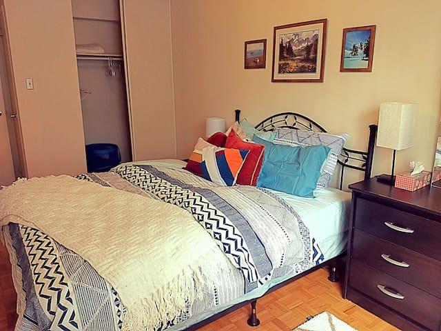 Fully Furnished 1 Bedroom Apt Near Yonge & Dundas