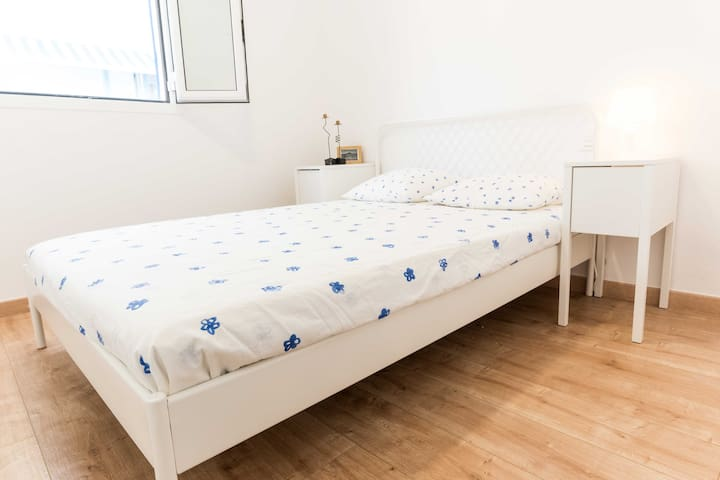 Habitación secundaria, con cama cómoda de 140cm—Secondary bedroom, with comfortable bed 140cm