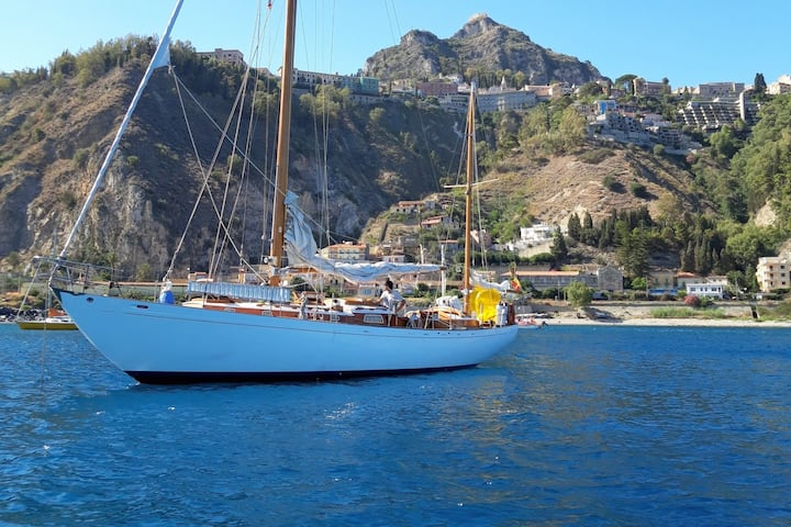 CLASSIC WOODEN YACHT SLEEP & SAIL