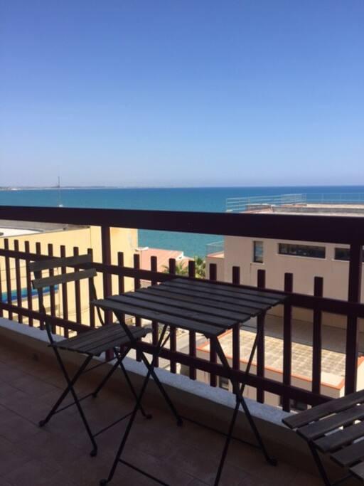 La finestra sul mare: vista panoramica dal balcone