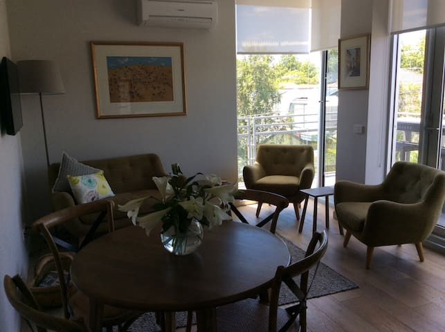 Stylish modern light filled quiet 1 bed apartment