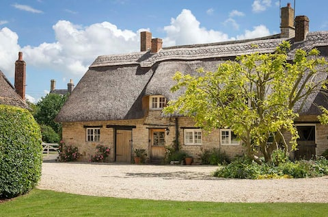 Idyllic thatched cottage on edge of the Cotswolds