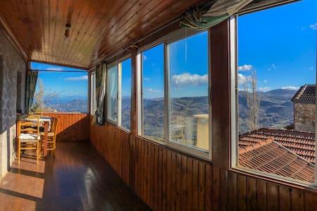 Παραδοσιακή πέτρινη κατοικία στα Τρίκαλα Κορινθίας