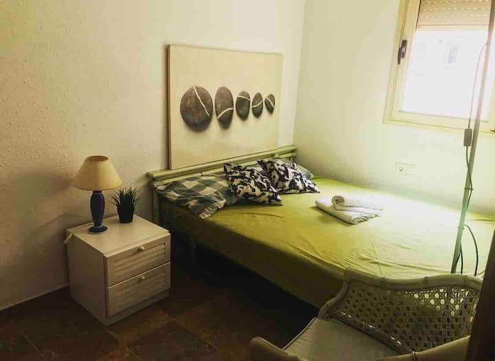 Nice room near Park Guell with parking
