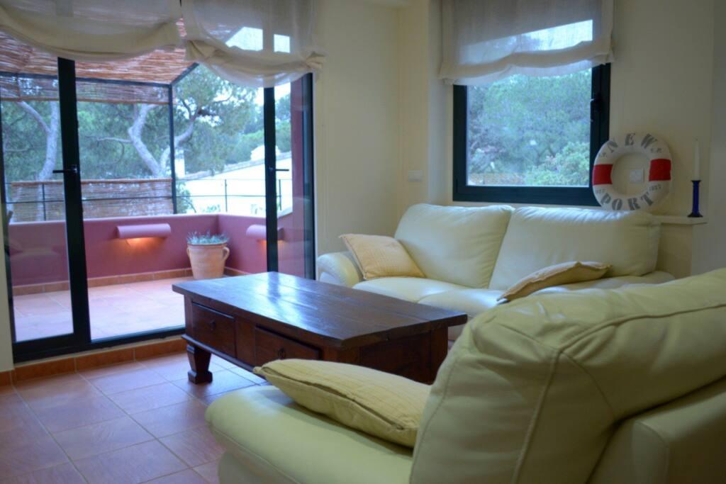 Sala de estar y terraza 1