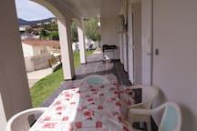 vue 2eme terrasse , coin petit déjeuner sous les 1 rayon d soleil
