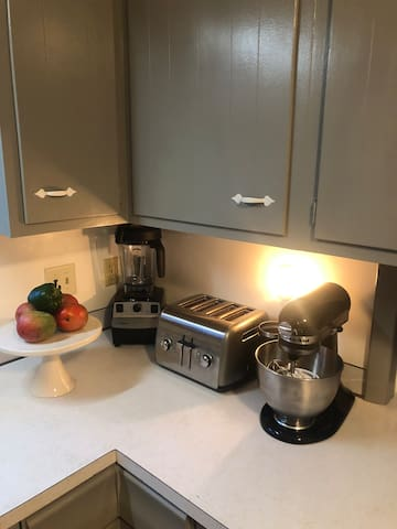Let your culinary skills show... Kitchen Aid mixer and a Vitamix for your use while visiting...  be sure to do the dishes : )