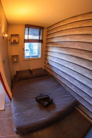 La chambre séparée, fenêtre donnant sur le parc.
