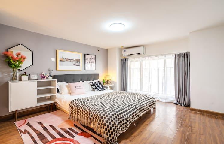 主卧室内有大窗户,朝向和光线都很好。