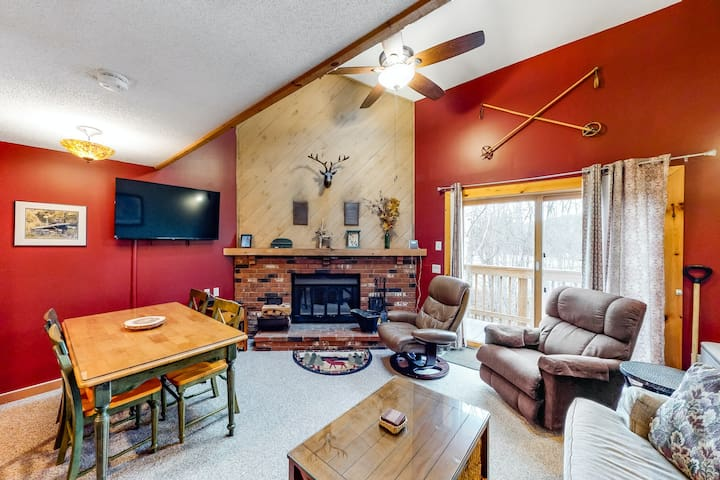 Ideal ski getaway w/ private balcony, shared pool/hot tub, & walk to lifts!