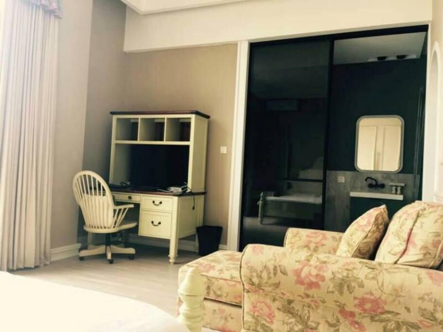 明媚的阳光照耀进房间,地中海风格简单的桌椅搭配墨色玻璃门,颜色分明而不失私密度。