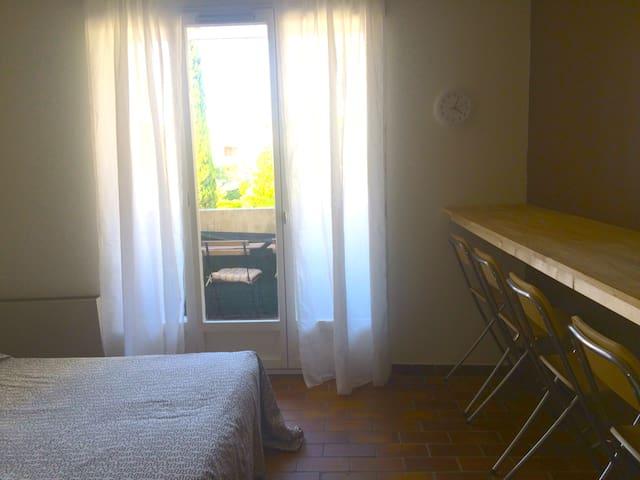 Studio cabine avec  terrasse petite vue mer