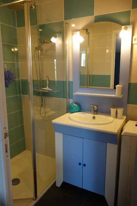 La salle d'eau avec douche à l'italienne et lave-lige