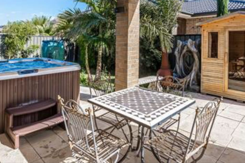 Courtyard with 8 person Jacuzzi, 6 person Outdoor Sauna, Outdoor Fireplace, Alfresco, Ourdoor Pizza Oven, Large BBQ and Beautifully Landscaped Courtyard for families and couples or singles