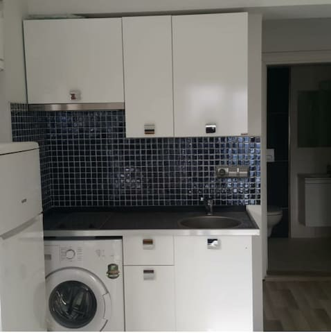 mutfakta ocak fırın çalışmaktadır.çamaşır makinesi mutfaktadır.mutfakta sıcak su akmaktadır.