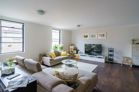 Private Room, Sunny duplex unit in the Inner West - Marrickville - Appartement