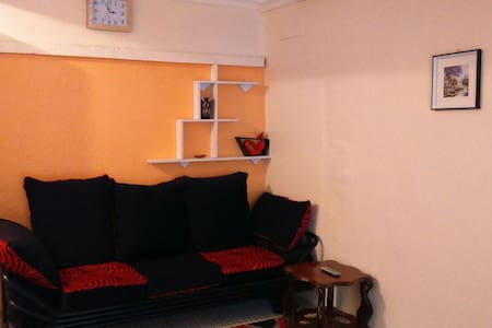 SIMPLE,FURNISHED HOUSE FOR ONE. - Nairobi - Lägenhet