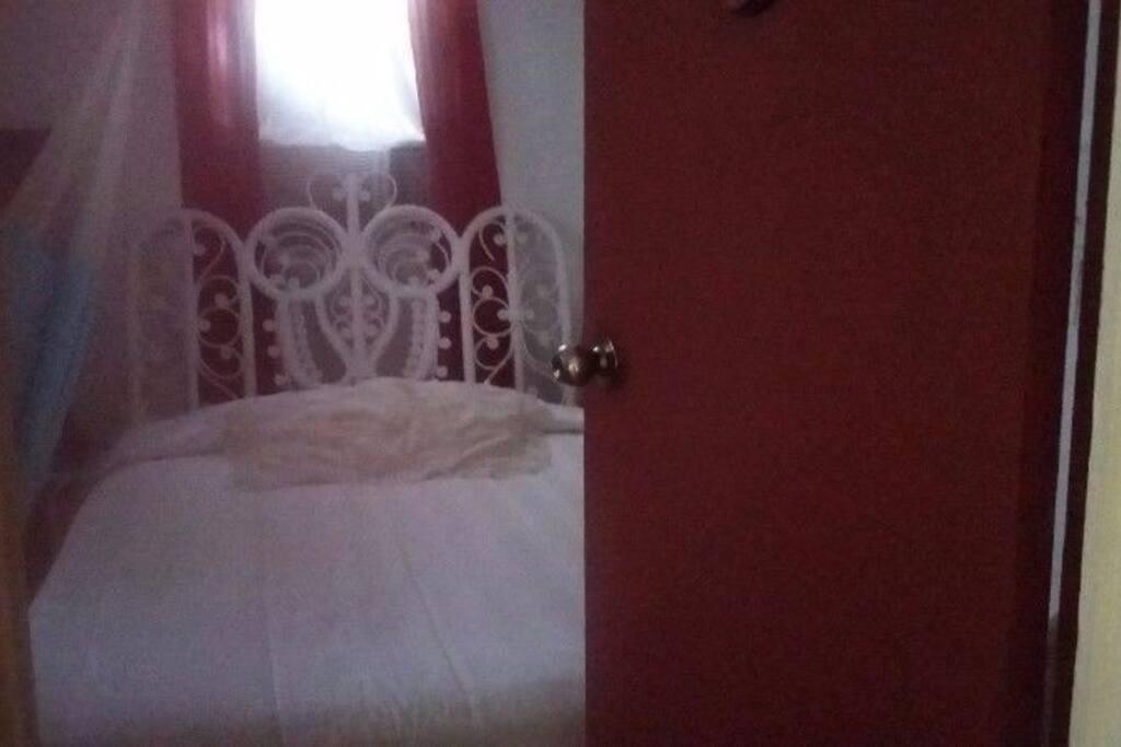 Single room, A/C, fan, hammock, tv w/cable, WiFi, Downtown and breakfast