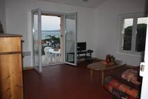 Du séjour, vue terrasse, mer et St Tropez