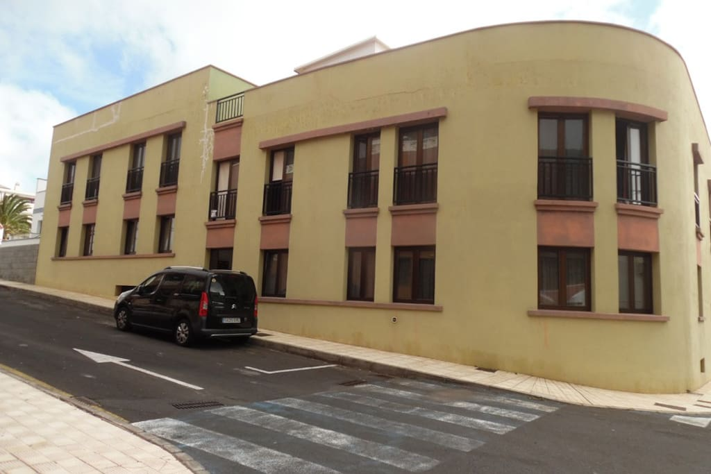 La fachada del edificio Tamaduste, está a 3 minutos de la piscina natural.