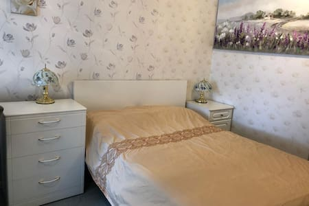 Comfortable Double Room near Town Centre+Airport