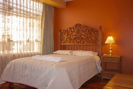"""Habitación con camas y muebles tallados en madera cedro. Técnica  de la famosa escuela Cusqueña. Ubicación frente """"Mall Real Plaza"""" y Barrio """"Magisterio"""" ( El más seguro, tranquilo y con mejor ubicación en Cusco)"""