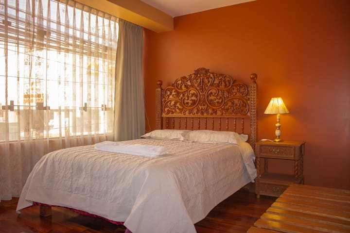 Amplia  habitación con excelente ubicación