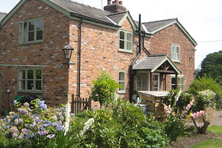 Idyllic Cottage Chester Cheshire - Mouldsworth - Hus