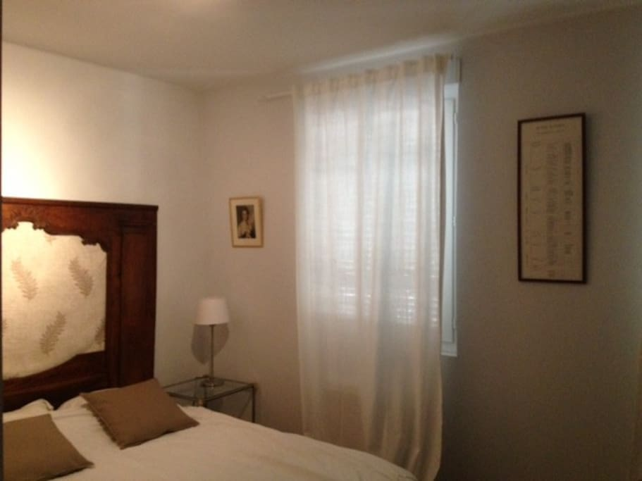 Une chambre avec un grand lit double