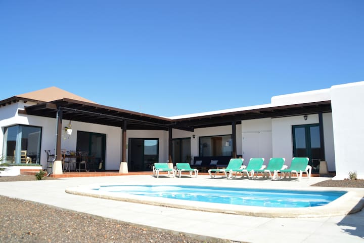 Spacious and luminous villa with HEATED pool