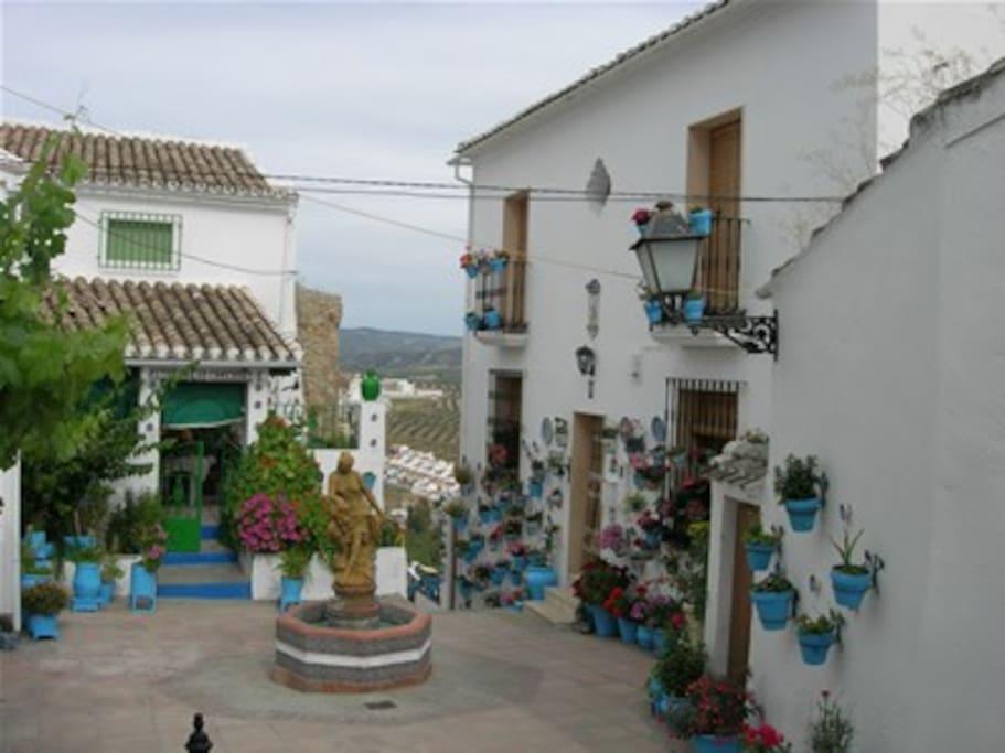 Plaza de Iznajar a 30 km