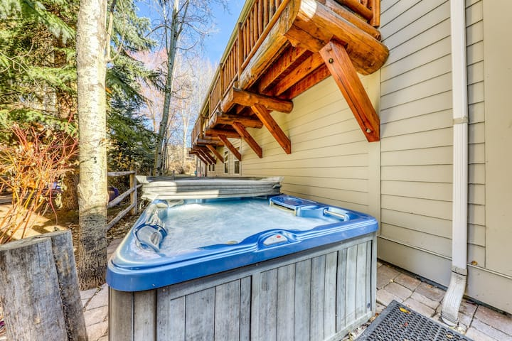 Quiet townhome w/private hot tub and walking distance to River Run! Dogs ok!